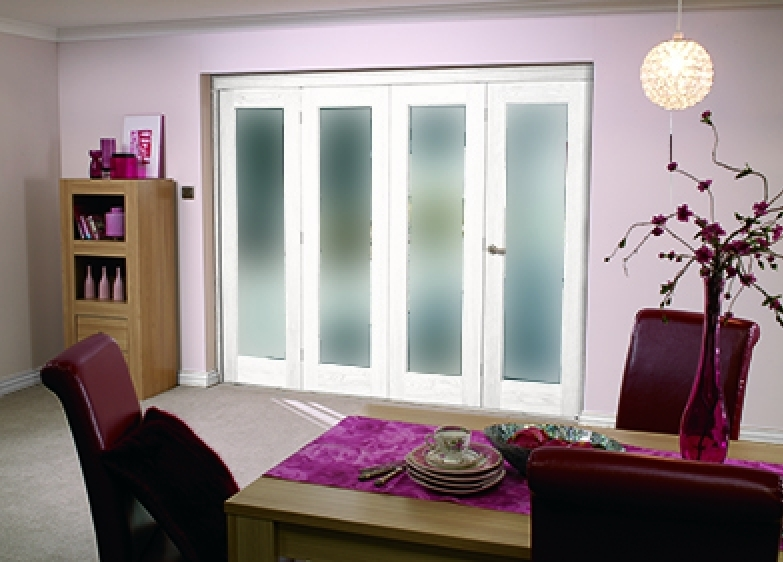 Glazed white p10 roomfold system obscure glass vibrant for Internal folding doors systems